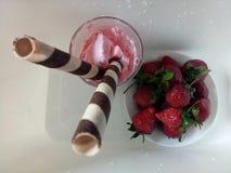 Erdbeere-, Schokoladen-, Vanille- und Pistazieeiscremekegel über weißem Hintergrund Lizenzfreies Stockbild