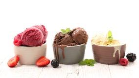 Erdbeere-, Schokoladen-, Vanille- und Pistazieeiscremekegel über weißem Hintergrund lizenzfreie stockbilder