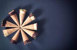 Erdbeere-, Schokoladen-, Vanille- und Pistazieeiscremekegel über weißem Hintergrund Stockfoto