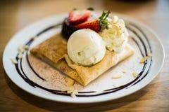 Erdbeere-, Schokoladen-, Vanille- und Pistazieeiscremekegel über weißem Hintergrund Stockbilder