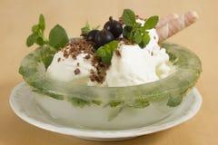 Erdbeere-, Schokoladen-, Vanille- und Pistazieeiscremekegel über weißem Hintergrund Lizenzfreie Stockfotos