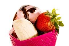 Erdbeere-, Schokoladen-, Vanille- und Pistazieeiscremekegel über weißem Hintergrund Stockfotos