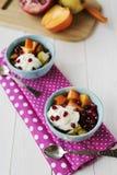 Erdbeere-, Schokoladen-, Vanille- und Pistazieeiscremekegel über weißem Hintergrund Stockbild