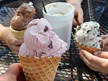 Erdbeere-, Schokoladen-, Vanille- und Pistazieeiscremekegel über weißem Hintergrund Lizenzfreie Stockfotografie