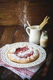 Erdbeere-ship& x27; s-Keks auf hölzernem lizenzfreie stockfotografie