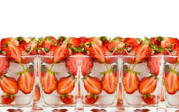 Erdbeere um eine Hälften im Glas mit Eis Lizenzfreie Stockbilder