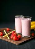 Erdbeere- und Banane Smoothie im Glas auf schwarzem Hintergrund Lizenzfreies Stockfoto