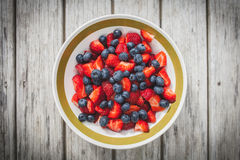 Erdbeere und Blaubeeren im Darm Stockfotos