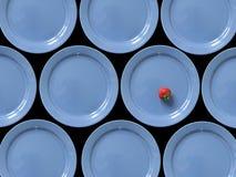 Erdbeere und blaue Platten lizenzfreie stockbilder