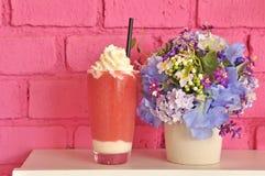 Erdbeere und Blumen Stockbilder