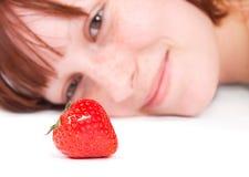 Erdbeere und das Mädchen Stockfotografie