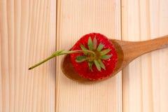 Erdbeere und der Löffel Stockfotos