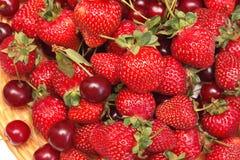 Erdbeere und Kirsche Stockfotografie