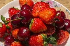 Erdbeere und Kirsche lizenzfreies stockbild