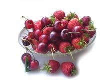 Erdbeere und Kirsche im Vase Lizenzfreie Stockbilder