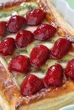Erdbeere- und Kiwitortenachtisch Lizenzfreie Stockbilder
