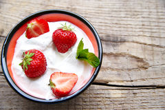 Erdbeere und Minze Stockfotografie