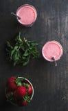 Erdbeere- und Minze Smoothie in den hohen Gläsern, brüllen von den frischen Beeren auf dunklem rustikalem hölzernem Hintergrund stockfotos