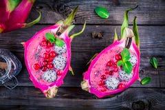 Erdbeere und raspberrysmoothie mit pitaya, Moosbeer-, Minzen- und chiasamen Lizenzfreies Stockfoto