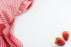 Erdbeere und rote Serviette Stockbild