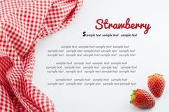 Erdbeere und rote Serviette lokalisiert auf Weiß Lizenzfreie Stockfotos