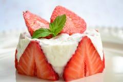 Erdbeere und Sahnenachtisch Stockfotos
