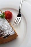 Erdbeere- und Schokoladennachtisch mit Gabel Stockbilder