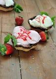 Erdbeere und Vanilleeissahne Stockfoto