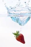 Erdbeere in Wasser Stockfotos