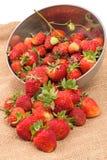 Erdbeere zerbröckelt auf dem Rausschmiß Stockbild