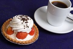 Erdbeerecupkuchen lizenzfreie stockfotografie