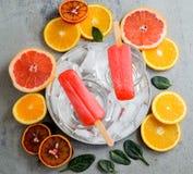 Erdbeereis am stiel auf einem Stock Lizenzfreie Stockfotografie