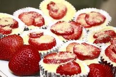 Erdbeerekleine kuchen stockbilder