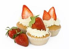 Erdbeerekleine kuchen Stockbild