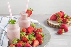 Erdbeeremilchshake oder Smoothie in den Glasgefäßen Stockfotografie