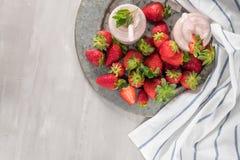 Erdbeeremilchshake oder Smoothie in den Glasgefäßen Lizenzfreie Stockfotografie