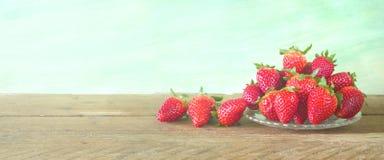 Erdbeeren, Abschluss oben, auf grungy Hintergrund, Stockbilder
