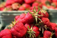 Erdbeeren angehäuft oben in einem Nahrungsmittelmarkt Stockfotos