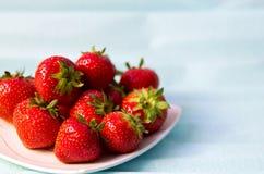 Erdbeeren auf Blau stockfotos