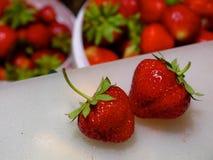 Erdbeeren auf dem Tisch Stockfotos