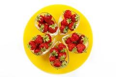 Erdbeeren auf der gelben Platte Lizenzfreies Stockbild
