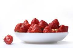 Erdbeeren auf der Platte Stockbilder