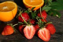 Erdbeeren auf der Tabelle stockbild