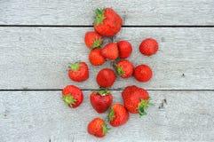 Erdbeeren auf Eichenholz Stockfoto