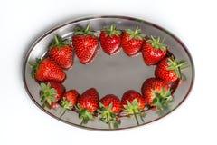 Erdbeeren auf einem Behälter Stockfoto