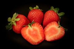 Erdbeeren auf einem schwarzen Hintergrund Lizenzfreie Stockbilder