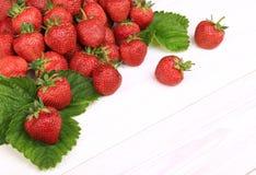 Erdbeeren auf einem weißen hölzernen Hintergrund Stockbild