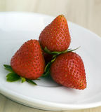 Erdbeeren auf einem weißen Teller Stockfoto