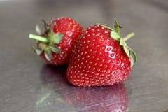 Erdbeeren auf einer Metallplatte Stockfoto