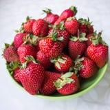 Erdbeeren auf einer Platte Lizenzfreie Stockfotos